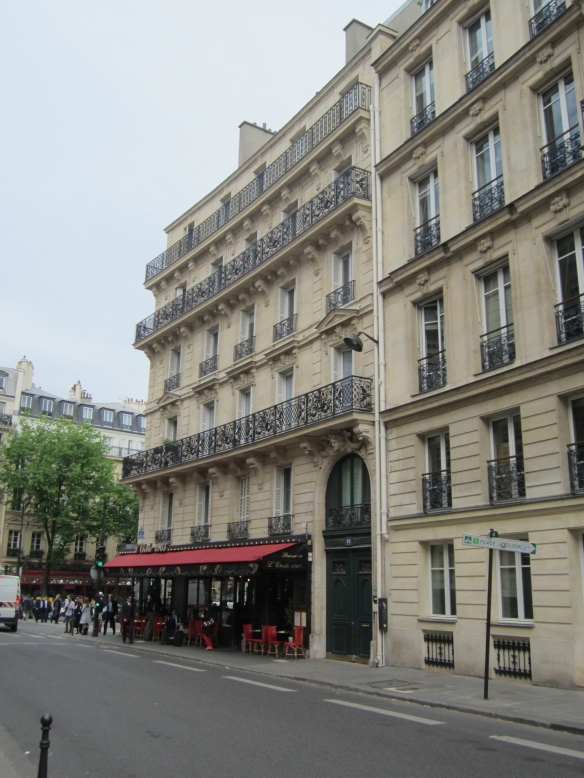 Another view of 14 rue de Tilsitt, which currently houses a street level café. Rue de Tilsitt is a small little street which forms the first circle around L'Etoile.