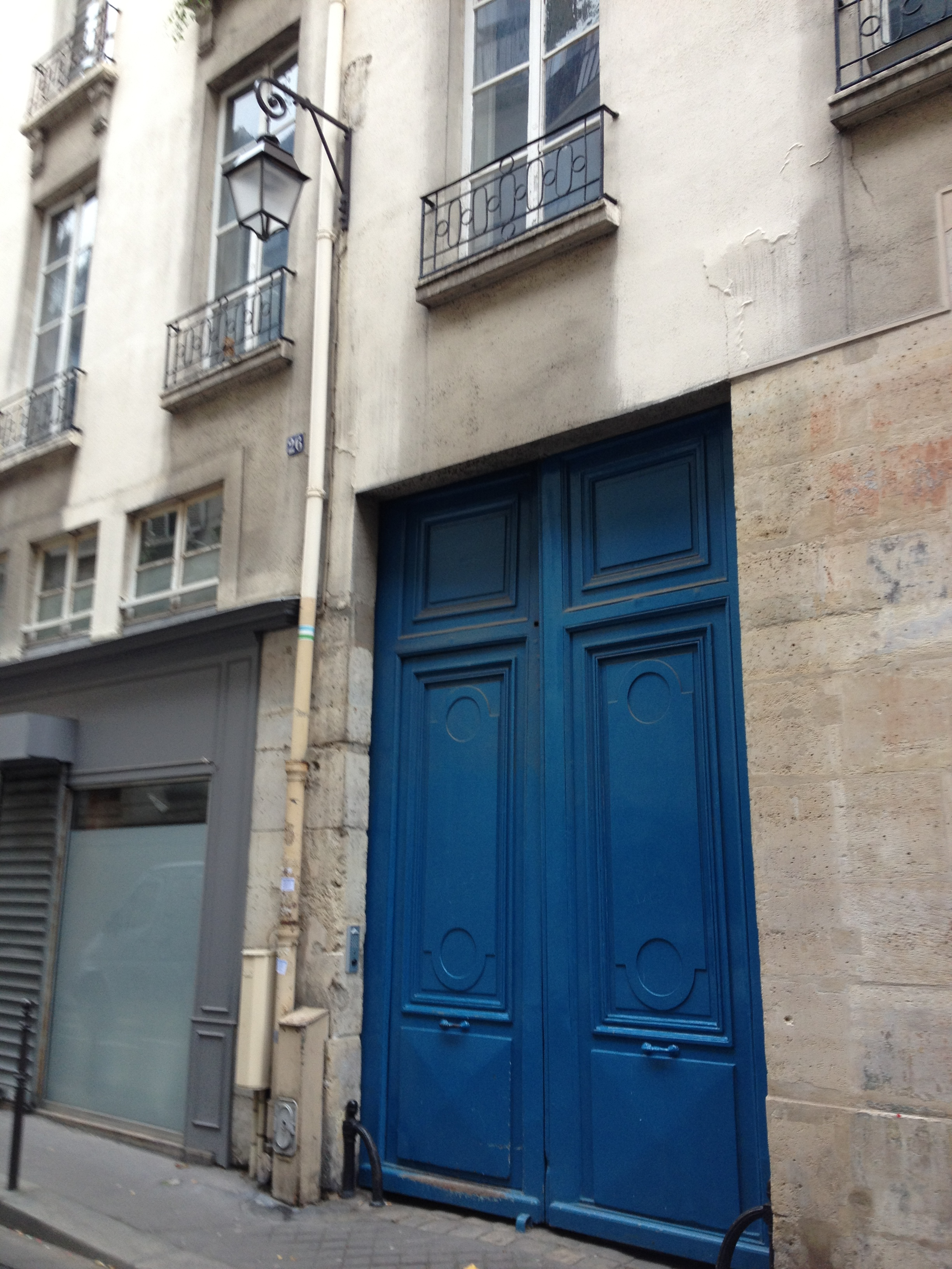The bright blue doorway to 26 rue de Saintonge
