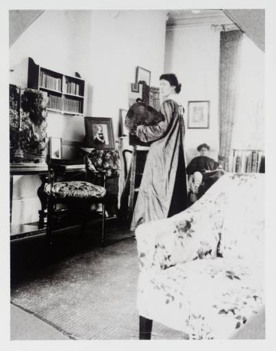 Photograph of VAnessa (Stephen) Bell painting a portrait of Lady Robert Cecil (1905). Source: Tate Archive Showcase.