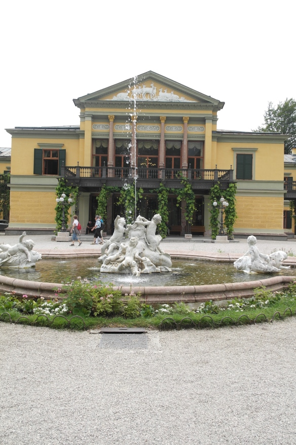 The front of the Kaiservilla with the fountain in front.